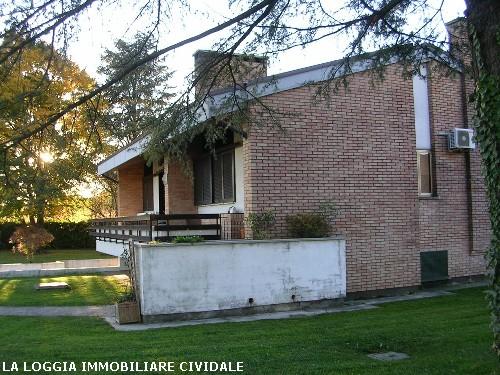 Villa a faedis udine annunci casa la loggia for Garage con soffitta